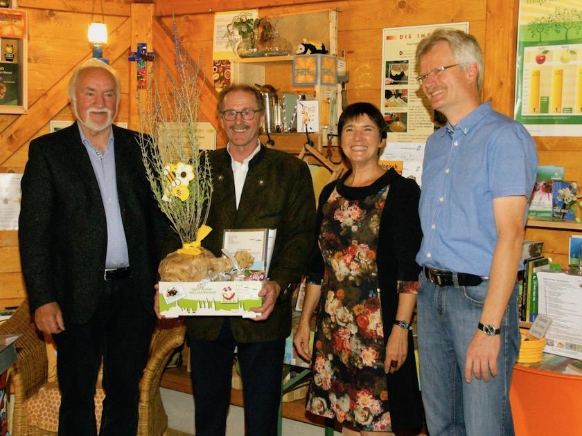 """2. Preis """"Silberlinde"""", überreicht an Raimund Ott für den Kreislehrgarten des Obst- und Gartenbauvereins Oberhaid e. V. durch Jurymitglied Josef Schröder"""