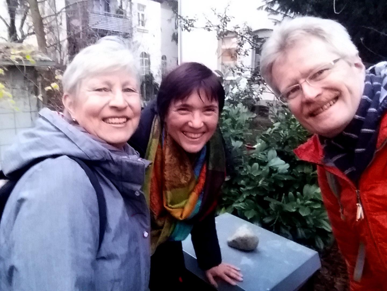 Gabi, Ilona und Reinhold in der Weide bei den Bienen