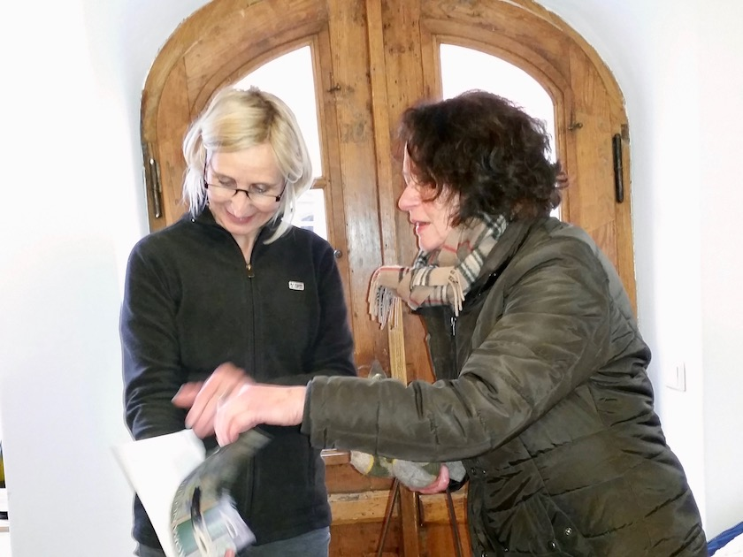 Vermieterin Doris Eminger zeigt Karin Linz ihr preisgekröntes Haus in einer Broschüre