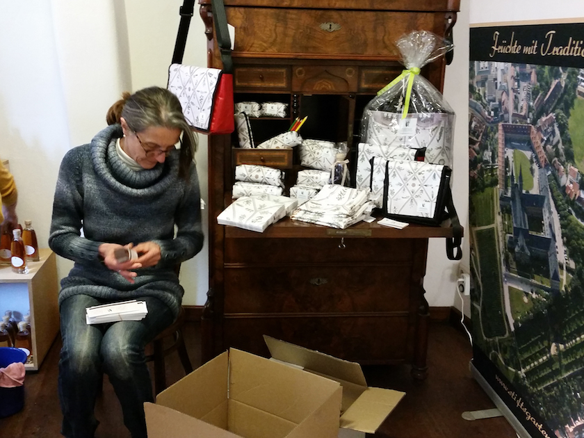 Doris König bei der Vorbereitung Stiftsladen Obere Brücke Bamberg