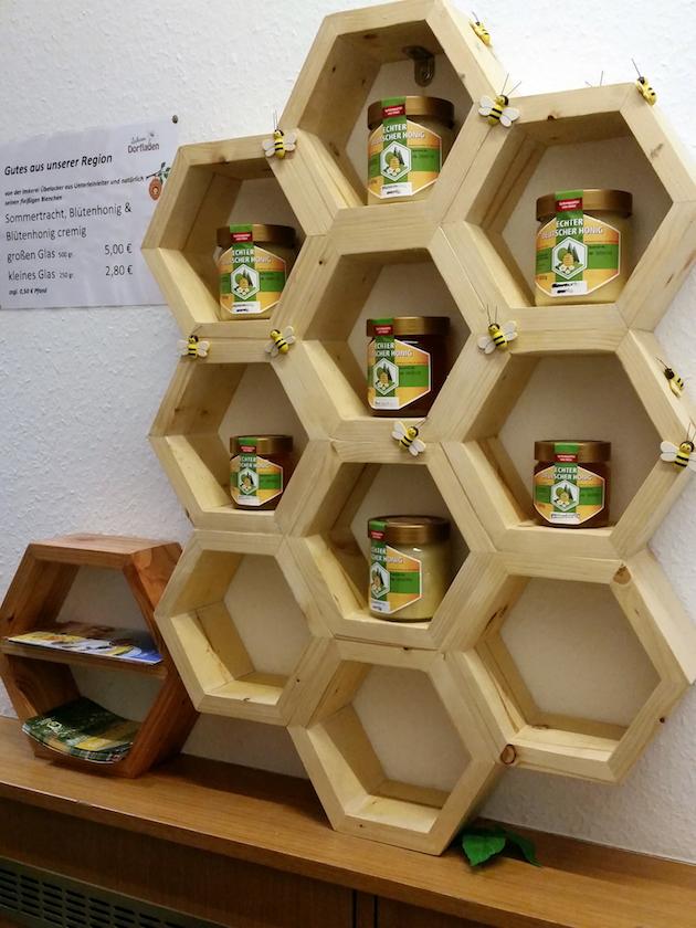 Honigregal im Ladarer Dorfladen Unterleinleiter