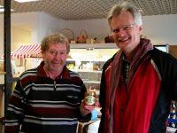Imker Eddy Übelacker und Reinhold Burger im Ladarer Dorfladen Unterleinleiter