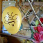 Osterei mit Biene