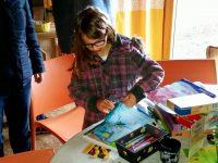 Kleine Künstlerin malt ein Bienenbild