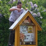Imkerkollege aus Scheßlitz bei der Bedachung des Wildbienenhotels im Bamberger Bienengarten