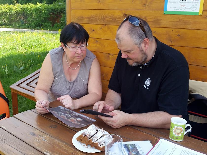 Imkerkollege Christian Rindchen im Gespräch mit Bienenfreundin Gabriele Kellermann