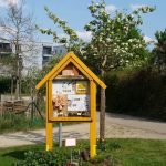 Wildbienenhotel mit Kirschbauen an der Bienen-InfoWabe