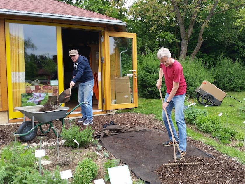 Wegbereitung Bienen-InfoWabe, Hilfseinsatz von Bienenpate Peter Kaimer