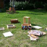 verstreute Einzelteile einer Bienenwohnung (Beute)