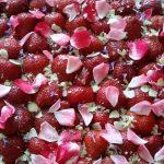 Erdbeerkuchen mit Rosenblätter und Lavendelblüten