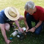 Bienenpate Stefan lernt, den Smoker zu entfachen