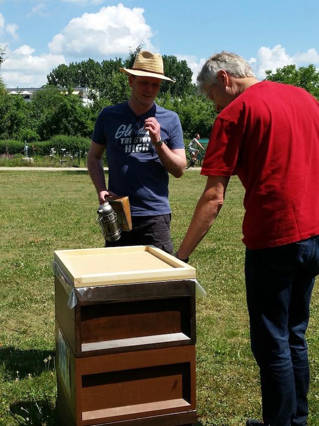 Bienenpate Stefan erlebt ersten Bienenbesuch