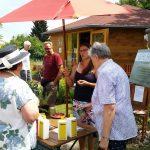 Beratungsgespräch Jeannette Frank zur Rosen- und Staudenmesse