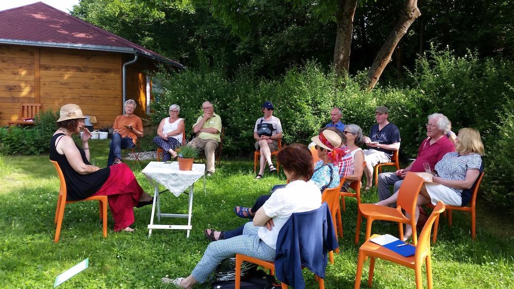 Referentin Dr. Elke Puchtler im Bamberger Bienengarten mit Gästen
