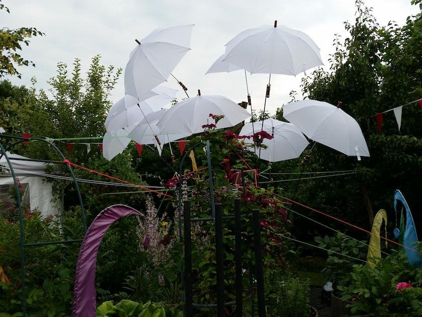 """Weiße Schirme und fluoriszierende Bänder zum """"Jardins Illumines"""""""