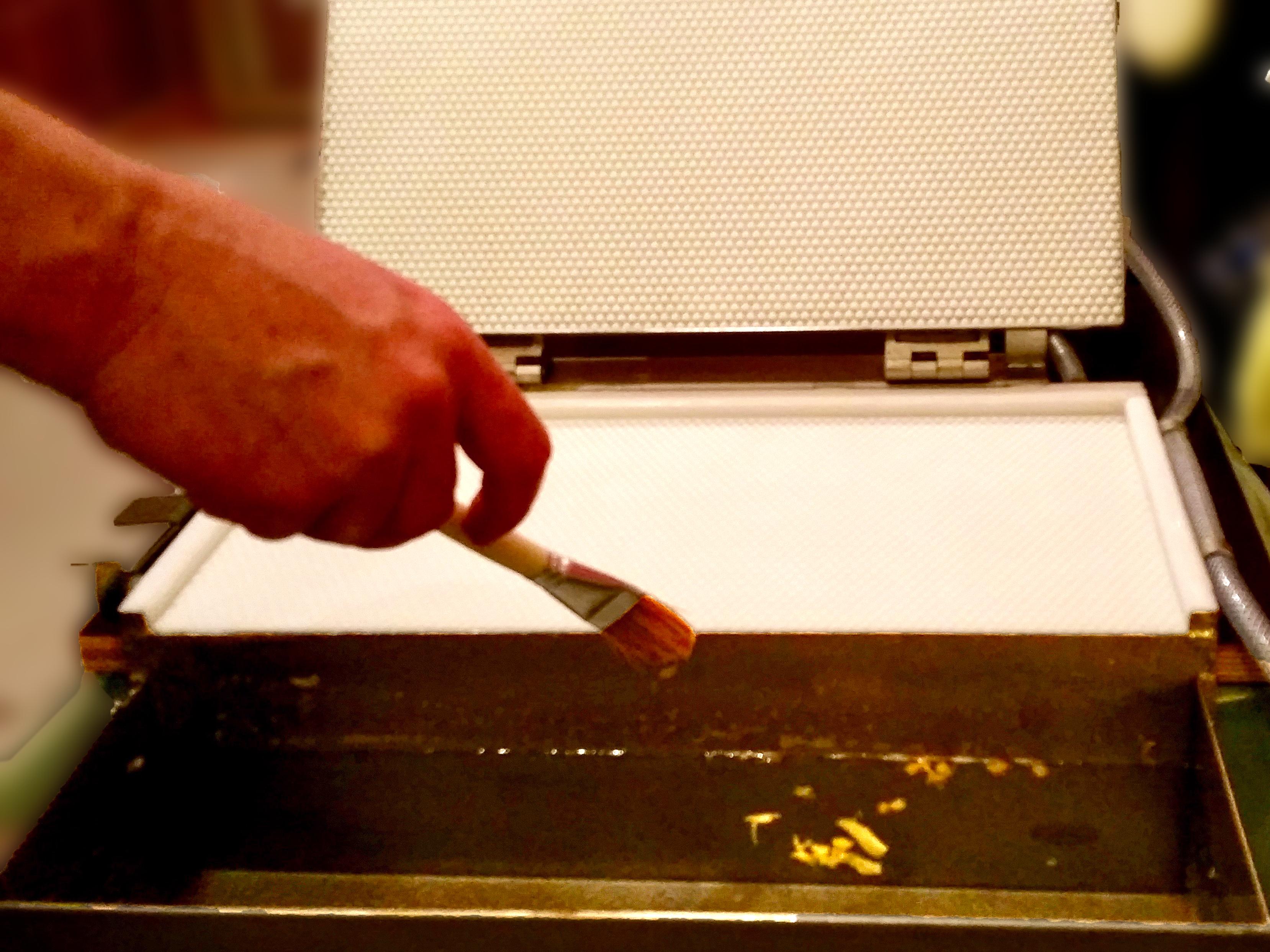 Hin und wieder die Kante der Gießform mit verdünntes Spülmittel oder aufgelöste Kartoffelstärke einpinseln