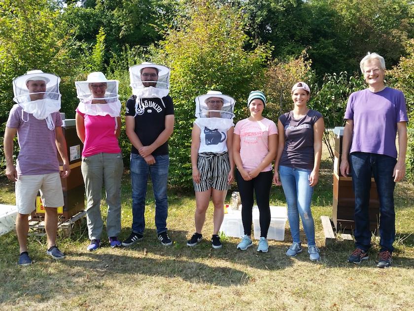 Modul 8: Honig ernten, Gruppenbild mit Alexander, Yelva, Ekkart, Linda, Luzia, Dorina, Reinhold