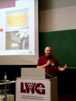 Vortragender Gerhard Müller-Engler zur Qualitätssicherung von Bienenwachs