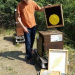 Reinhold erläutert die Funktionsweise der beiden unterschiedlichen Bienenfluchten