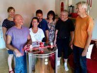 Gruppenbild vor dem Anschleudern der neuen Honigschleuder