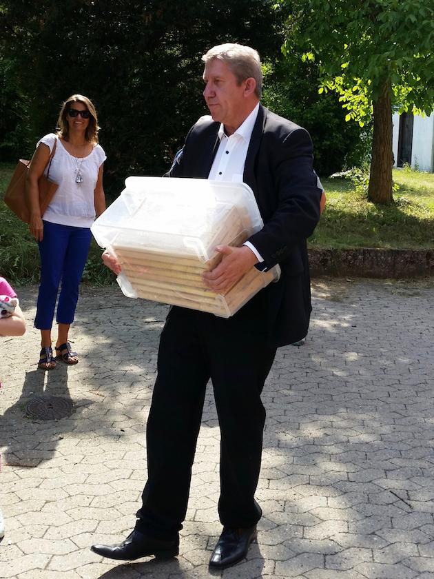 MdB Andreas Schwarz packt kräftig mit an. Die Box wog rund 23 Kilo!