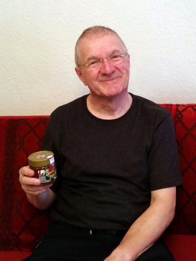 Peter Kaimer mit selbstgeimkerten Bamberger Lagenhonig