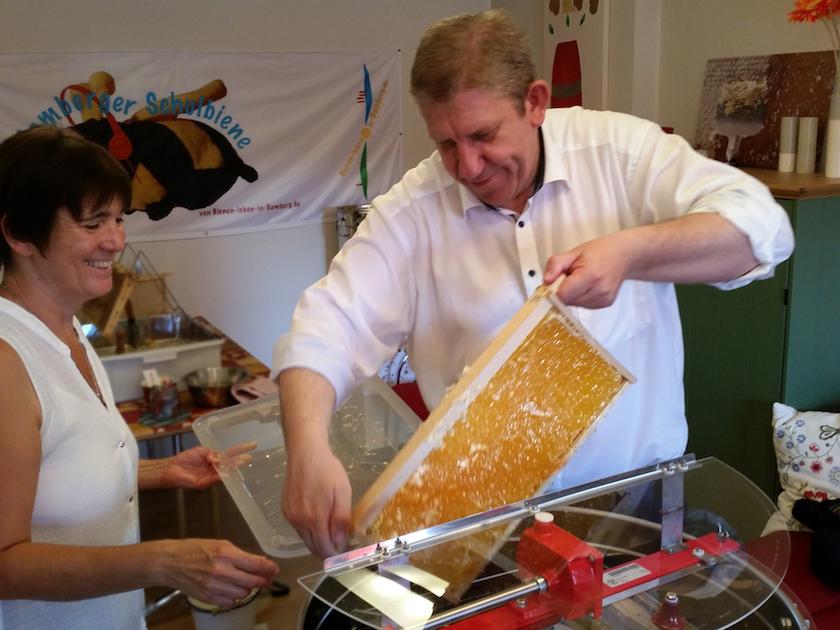 MdB Andreas Schwarz beim Honigschleudern.