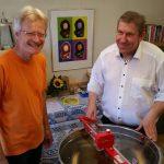 Reinhold Burger und MdB Andreas Schwarz beim Honigschleudern.