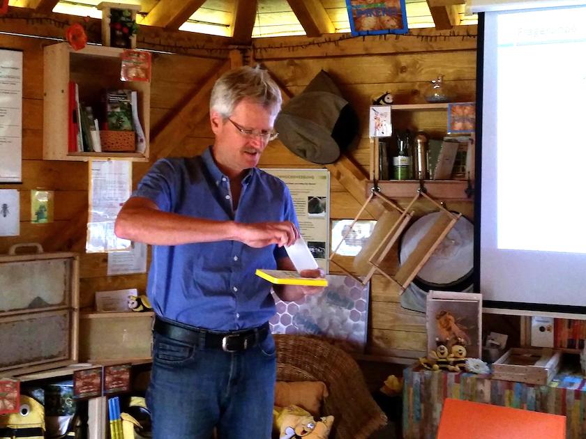 Vortrag Reinhold Burger zur Varroabehandlung, hier mit Liebig-Dispenser
