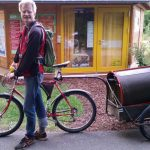 Transport der alten Honigschleuder, des Entdeckelungsgeschirrs und Email-Honigeimers