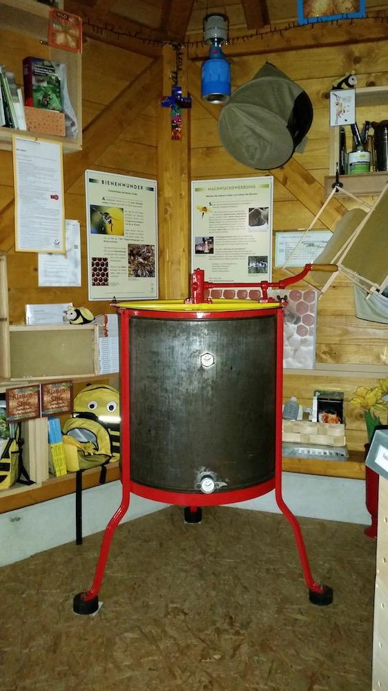 Honigschleuder als Anschauungsobjekt für den Bamberger Schulbienenunterricht