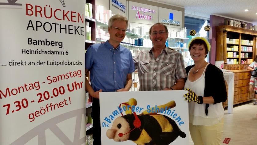 Gruppenbild mit Hartmut Held (Held'sche Apotheken) anlässlich Spende an Bamberger Schulbiene