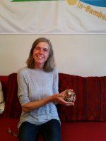 Bienenpatin Michaela Them präsentiert ihren selbst verarbeiteten Bamberger Lagenhonig
