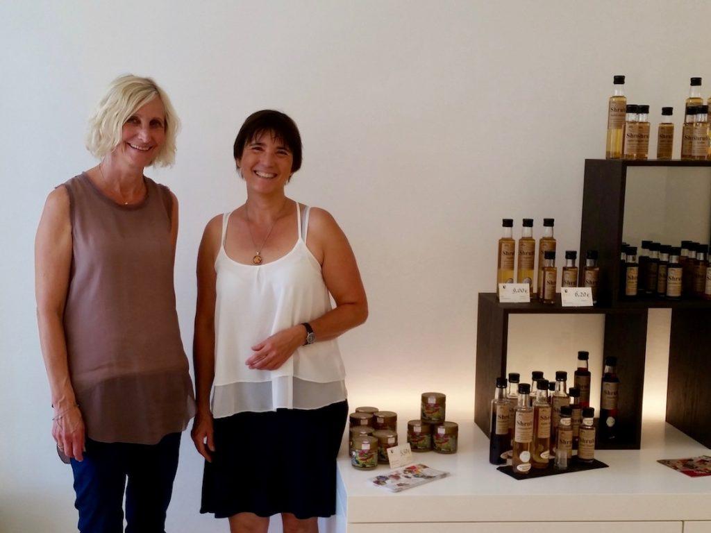 Frau Linz und Ilona im Stiftsladen am Michaelsberg