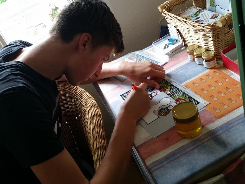 Honigglas etikettieren