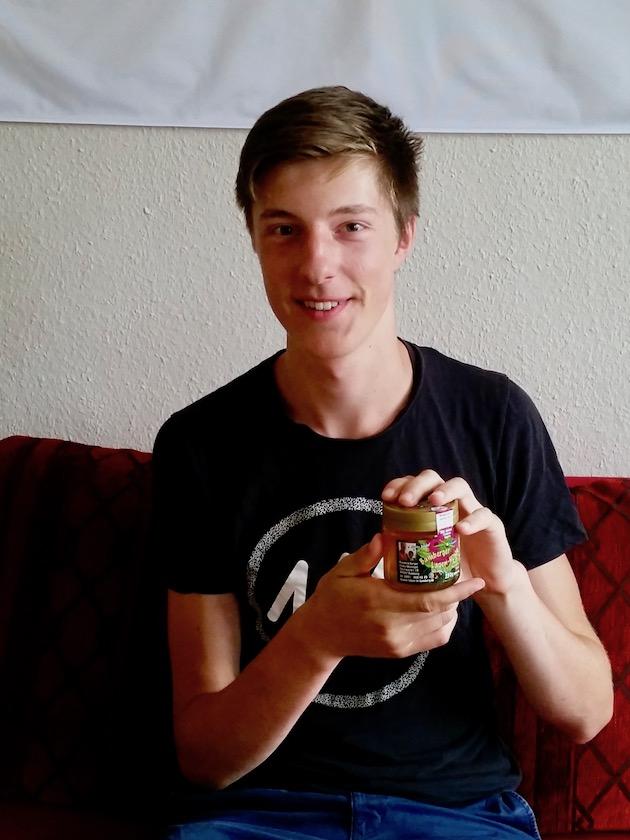 Lorenz präsentiert seinen selbst verarbeiteten Bamberger Lagenhonig
