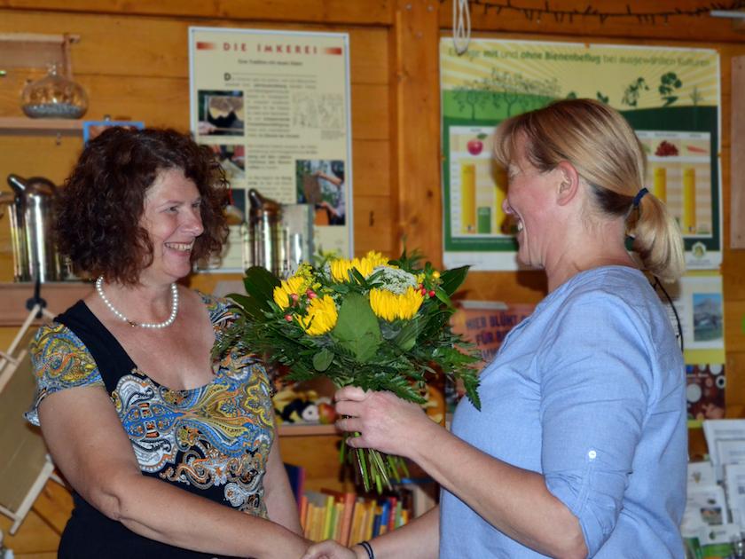Bienenpatin Rita Bender überreicht Dr. Elke Puchtler, 1. Preis Bienenstadt-Bamberg-Umweltpreis 2018