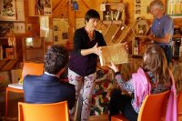 Honigwabe, demonstriert der neuen Bienenpatin MdB Lisa Badum