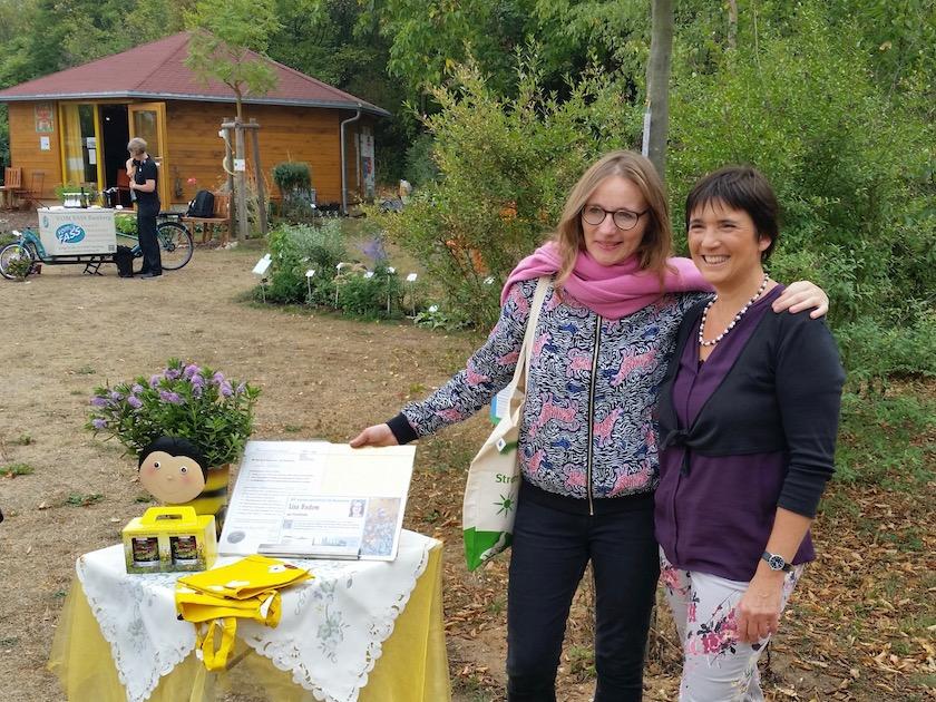 Bienenpatin Lisa Badum bei der Übergabe der Patenurkunde