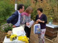 Bienenpatin Lisa Badum bei der Übergabe der Patengaben