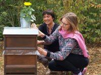 Bienenpatin Lisa Badum bei der Kennzeichnung ihres Bienenpatenvolkes