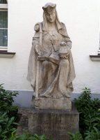 Statue St. Walburgis am gleichnamigen Altenheim in Bamberg