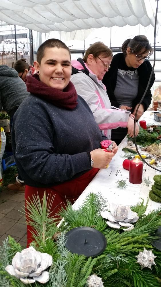 Adventskranzbinden, Janina Zahnd hilft