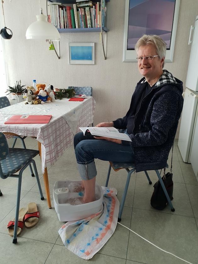 Reinhold beim Lernen, mit Fußbad