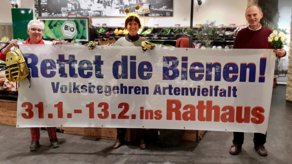 Spranger, Munique und Rudel mit Werbebanner zum Volksbegehren im REWE-Markt Bamberg, Würzburger Straße