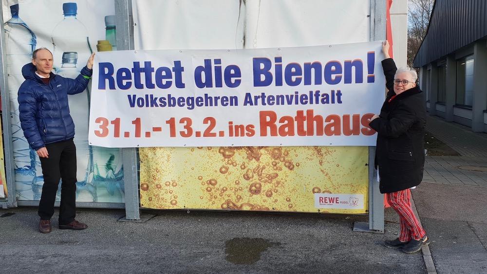 Spranger und Rudel mit Werbebanner zum Volksbegehren am REWE-Markt Bamberg, Würzburger Straße