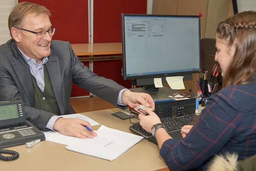 Erstunterzeichner des Volksbegehrens im Wahlbüro Bamberg