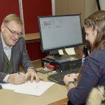 OB Andreas Starke, Erstunterzeichner des Volksbegehrens im Wahlbüro Bamberg