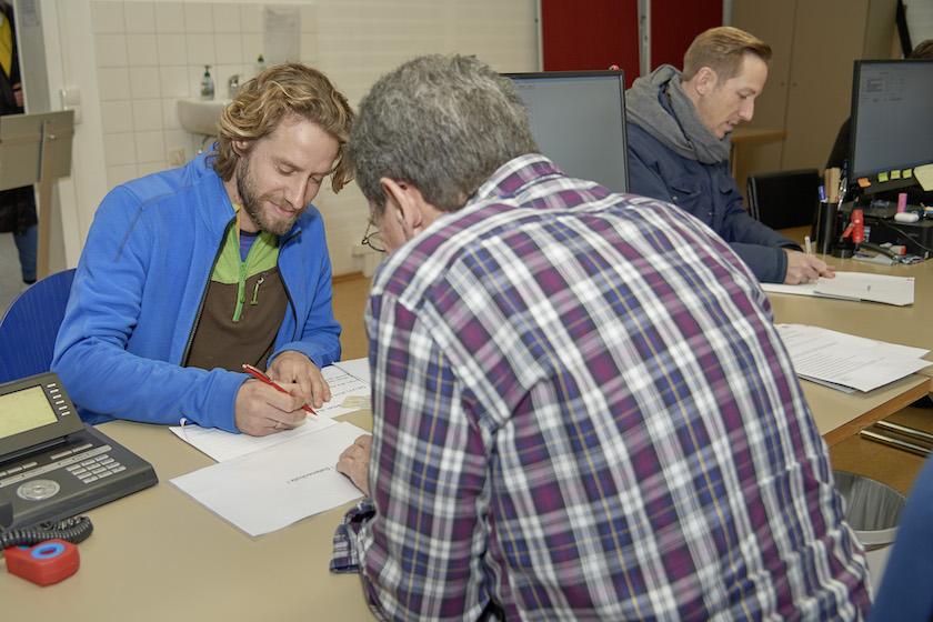 Sebastian Martins Niedermaier, Erstunterzeichner des Volksbegehrens im Wahlbüro Bamberg