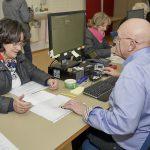 Ingeborg Eichhorn, Erstunterzeichnerin des Volksbegehrens im Wahlbüro Bamberg